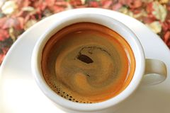 Espuma Mouthwatering do café do close up de um copo do café quente fotografia de stock