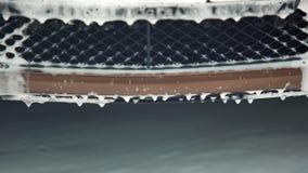 Espuma que fluye abajo del radiador, servicio del carwash, negocio rentable de la limpieza Imagenes de archivo