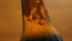 Espume em uma garrafa marrom da cerveja (close up, a bandeja da LR) filme