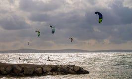 Esquí acuático en el horizonte de mar, fractura, Croacia imágenes de archivo libres de regalías