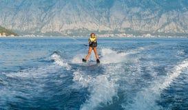 Esquí acuático en un mar Fotografía de archivo