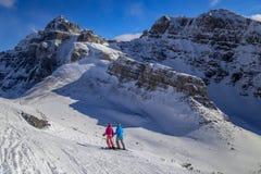 Esquí alpino de la madre y de la hija en Banff, Columbia Británica, Canadá en el invierno Fotos de archivo libres de regalías