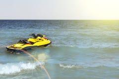 Esquí amarillo del jet en la playa Fotografía de archivo