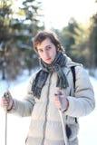 Esquí a campo través atractivo del hombre joven Fotografía de archivo libre de regalías