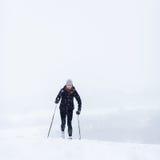 Esquí a campo través de la mujer joven en una nieve Foto de archivo