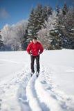 Esquí a campo través del hombre joven Imagenes de archivo
