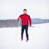 Esquí a campo través del hombre joven Fotografía de archivo