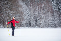 Esquí a campo través del hombre joven Imagen de archivo