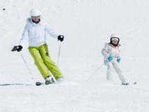Esquí con la madre fotos de archivo