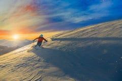 Esquí con la vista asombrosa de montañas famosas suizas en hermoso Fotos de archivo