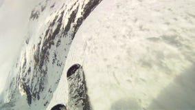 Esquí cuesta abajo en los esquís almacen de metraje de vídeo