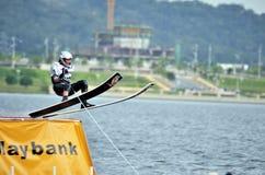 Esquí de agua en la acción: El hombre salta Foto de archivo libre de regalías