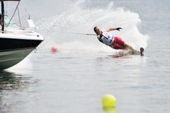 Esquí de agua en la acción: Eslalom de la mujer Fotografía de archivo libre de regalías