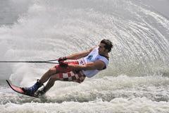 Esquí de agua en la acción: Eslalom del hombre Imagen de archivo libre de regalías