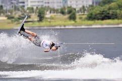 Esquí de agua en la acción: Trucos de Shortboard de la mujer Imagenes de archivo