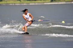 Esquí de agua en la acción: Trucos de Shortboard de la mujer Fotografía de archivo libre de regalías