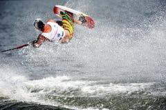 Esquí de agua en la acción: Trucos de Shortboard del hombre Fotos de archivo