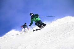 Esquí de dos esquiadores Imagenes de archivo