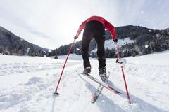 Esquí de fondo del hombre durante día de invierno soleado foto de archivo