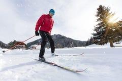 Esquí de fondo del hombre durante día de invierno soleado imagen de archivo libre de regalías