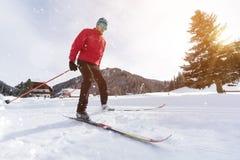 Esquí de fondo del hombre durante día de invierno soleado imagen de archivo