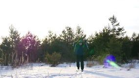 Esquí de fondo en un día soleado Esquí atlético del hombre en el bosque del invierno almacen de video