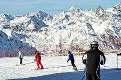 Esquí de la gente en las montan@as europeas. Visión escénica. Fotografía de archivo libre de regalías