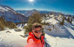 Esquí de la mujer en las montañas de Rofan en las montañas en el Tyrol, Austria Imagenes de archivo