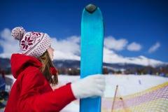 Esquí de la mujer en naturaleza del invierno Imagen de archivo