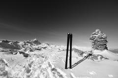 Esquí de la zona remota de BW en el top Fotografía de archivo