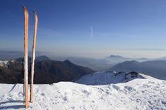 Esquí de la zona remota en el top foto de archivo