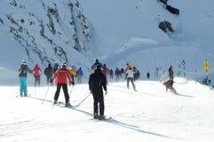 Esquí de mucha gente en las montan@as europeas. Fotografía de archivo