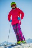 Esquí del adolescente en las montañas suizas Imagenes de archivo