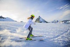 Esquí del adolescente en las montañas suizas en Sunny Day Imagenes de archivo