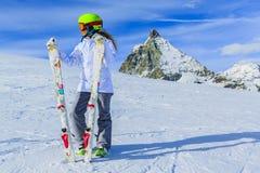 Esquí del adolescente en las montañas suizas en Sunny Day Fotos de archivo libres de regalías