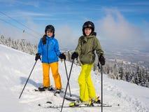 Esquí del adolescente y del muchacho Imagenes de archivo