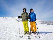 Esquí del adolescente y del muchacho Imágenes de archivo libres de regalías
