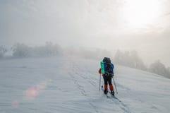 Esquí del campo a través del hombre en la montaña Foto de archivo