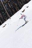 Esquí del esquiador en la escarpa Foto de archivo