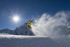 Esquí del estilo libre - cruz del esquí - acróbata en la acción Fotos de archivo