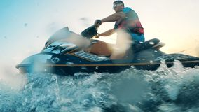 Esquí del jet conducido por un hombre a través del agua metrajes