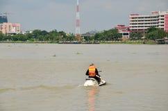 Esquí del jet del montar a caballo del guardia de seguridad en el río de Chaopraya Fotos de archivo libres de regalías
