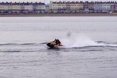 Esquí del jet en la acción en las aguas de Weymouth foto de archivo libre de regalías