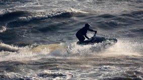Esquí del jet que compite con en el mar almacen de video