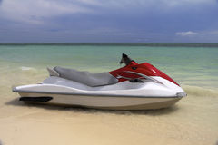 Esquí del jet que espera en la orilla Imagen de archivo libre de regalías