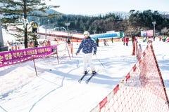 Esquí del juego de la gente en la montaña Fotos de archivo libres de regalías