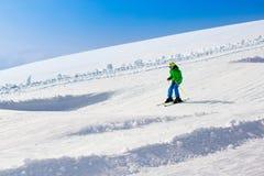 Esquí del niño en las montañas Fotografía de archivo