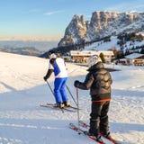 Esquí del padre y del hijo en las cuestas nevosas de las montañas Imagen de archivo libre de regalías