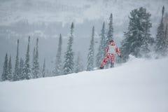 Esquí del Snowboarder en altas montañas imagen de archivo libre de regalías