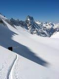 Esquí del viaje que sube en las montañas francesas Fotografía de archivo